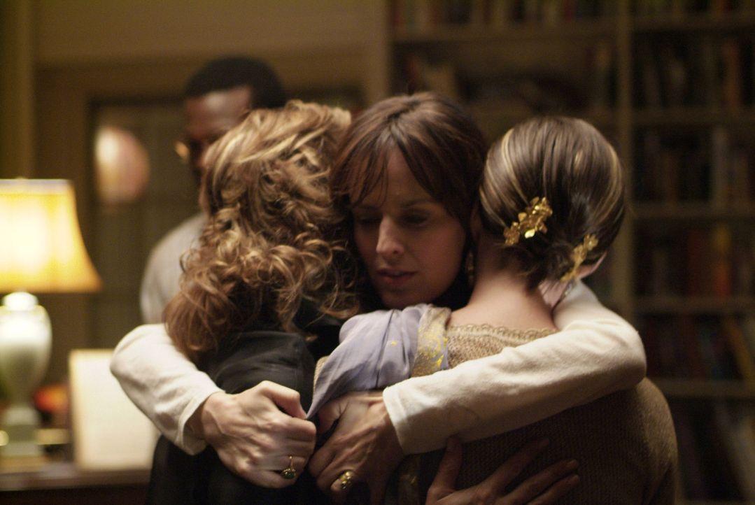 Nach der Trauung erweisen sich Mutter Abby (Debra Winger, l.) und Schwester Kym (Anne Hathaway, r.) doch als wichtige Menschen in Rachels (Rosemarie... - Bildquelle: 2008 Sony Pictures Classics Inc. All Rights Reserved.
