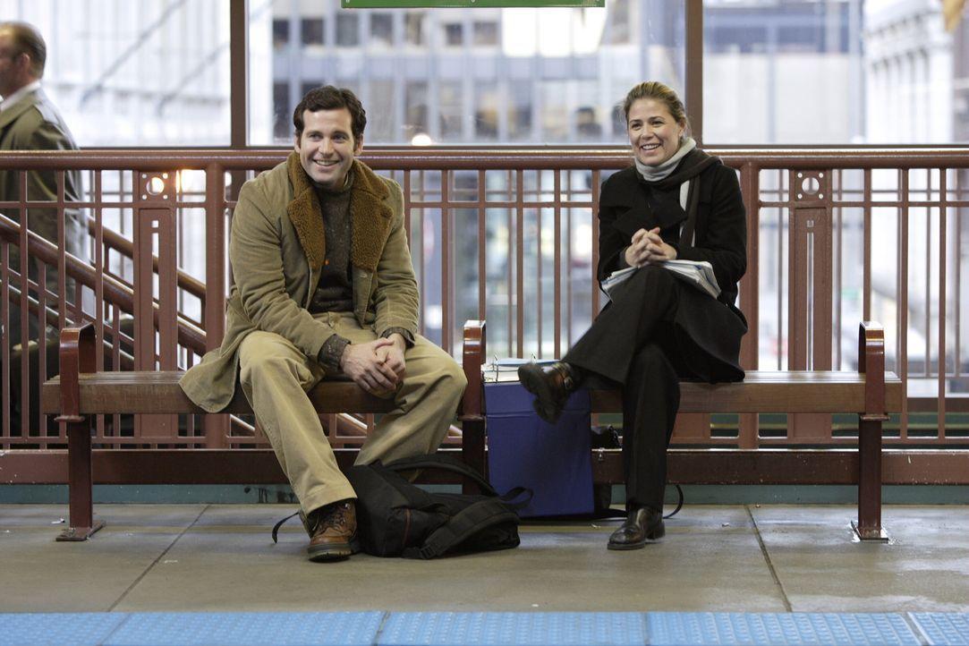 Nachdem Abby (Maura Tierney, r.) ihre Schicht frühzeitig abgebrochen hat, um einen klaren Kopf zu bekommen, trifft sie an der Hochbahnstation Jake (... - Bildquelle: WARNER BROS