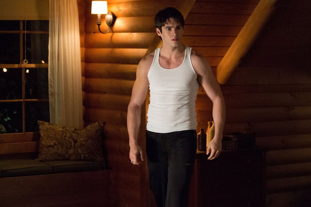 Um seine Fähigkeiten als Vampirjäger zu perfektionieren, trainiert Jeremy (Steven R. McQueen) doch tatsächlich mit einem Vampir. Leider mit mäßigem... - Bildquelle: Warner Brothers