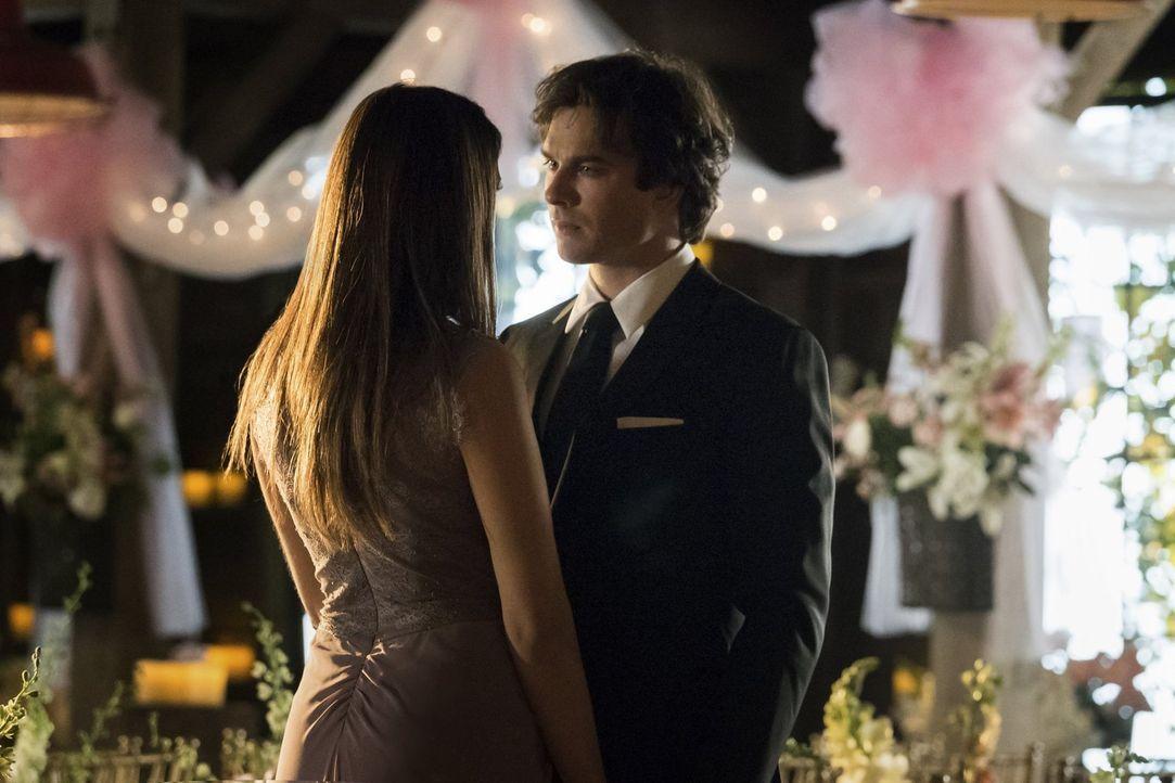Elena (Nina Dobrev, l.) glaub nicht, dass Damon (Ian Somerhalder, r.) wirklich menschlich werden will und setzt Stefan auf ihn an. Kann dieser Damon... - Bildquelle: Warner Bros. Entertainment, Inc