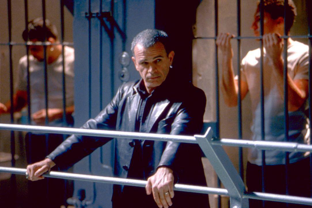 Gerät ins Visier überaus brutaler Gangster: der harte, aber gerechte Chef-Gefängniswärter El Fuego (Tony Plana) ... - Bildquelle: 2003 Sony Pictures Television International. All Rights Reserved.
