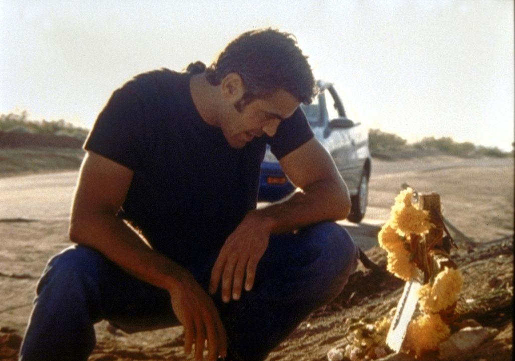 In alle Winde verstreut Dr. Ross (George Clooney) die Asche seines toten Vaters. - Bildquelle: TM+  2000 WARNER BROS.