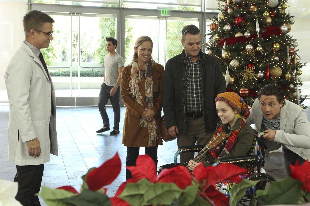 Die Leukämie-Patientin Madeline Sorenson (Jade Pettyjohn, 2.v.r.) kommt mit ihren Eltern Bonnie (Amy Benedict, 3.v.l.) und Ed (Greg Winter, 3.v.r.)... - Bildquelle: Sonja Flemming 2016 CBS Broadcasting, Inc. All Rights Reserved