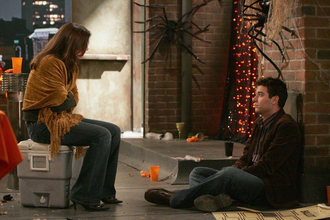 Es ist zwar nicht die erhoffte Kürbisfrau, dafür aber erscheint Robin (Cobie Smulders, l.) auf der Party. Ted (Josh Radnor, r.) ist sehr erfreut d... - Bildquelle: 20th Century Fox International Television