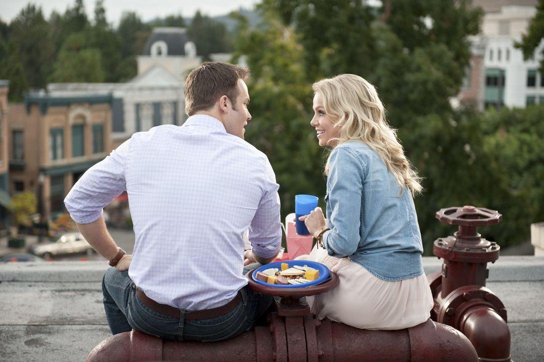 George (Scott Porter, l.) setzt alles daran seinen Picknick-Korb für Tansy (Mircea Monroe, r.) so ansprechend wie möglich zu gestalten und erhofft s... - Bildquelle: Warner Bros.