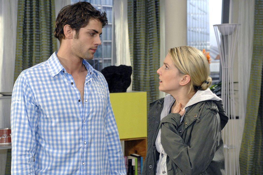 Anna (Jeanette Biedermann, r.) ist erschüttert, als sie im Gespräch mit Jonas (Roy Peter Link, l.) erfährt, dass Katja sie hintergangen hat. - Bildquelle: Oliver Ziebe Sat.1