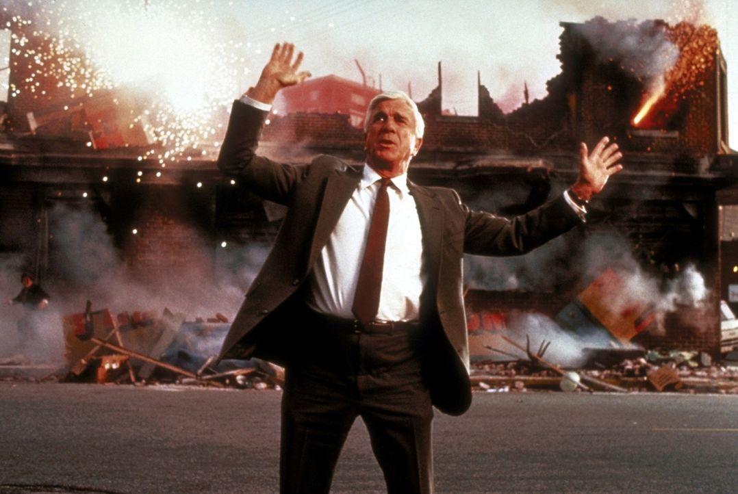Wo Frank Drebin (Leslie Nielsen) auftaucht, regiert das Chaos ... - Bildquelle: Paramount Pictures