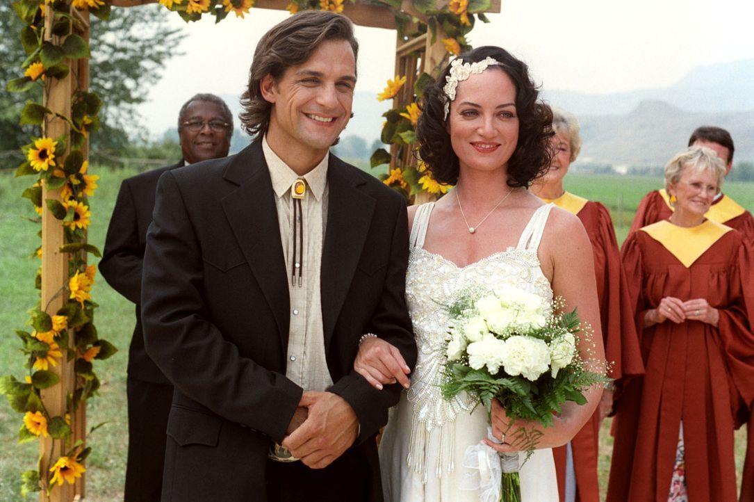 Katharina (Natalia Wörner, r.) hat ihren Cowboy Greg (Robert Seeliger, l.) geheiratet und erwartet ein Kind. - Bildquelle: Sat.1