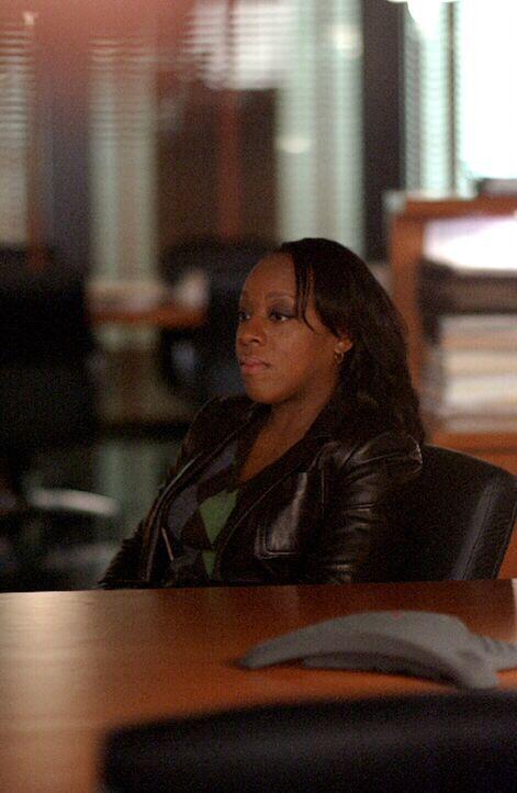 Langsam aber sicher zweifelt auch Vivian Johnson (Marianne Jean-Baptiste) an der Schuld eines jungen Mannes, der wegen Mordes hingerichtet werden so... - Bildquelle: Warner Bros. Entertainment Inc.