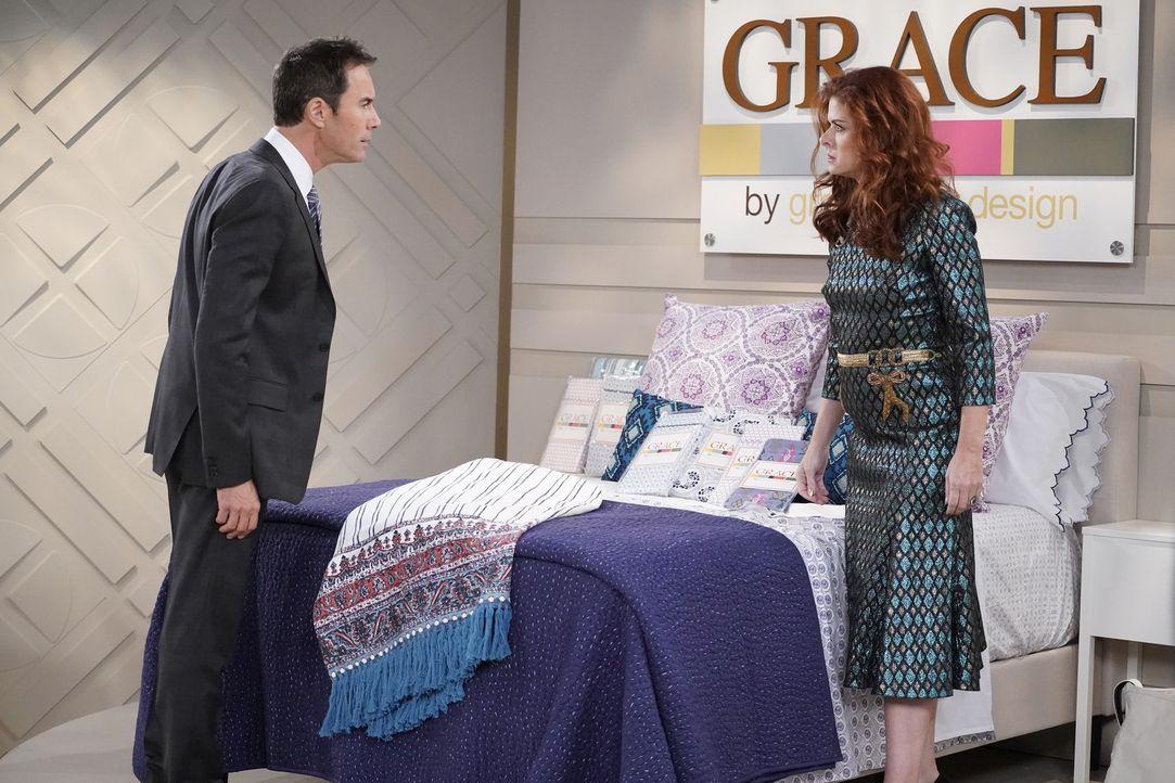 Der Deal mit einem Verkaufssender könnte Will (Eric McCormack, l.) und Grace (Debra Messing, r.) einen enormen Verkaufsaufschub für ihre neue Bettwä... - Bildquelle: Chris Haston 2017 NBCUniversal Media, LLC