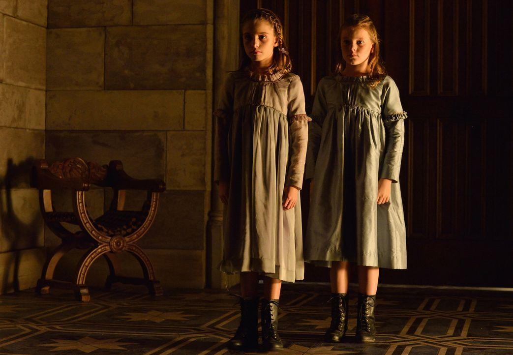 Zwei kleine Mädchen, Henriette (Ava Preston, l.) und Emone (Madison Oldroy, r.), scheinen Catherine zu verfolgen ... - Bildquelle: Ben Mark Holzberg 2014 The CW Network, LLC. All rights reserved.