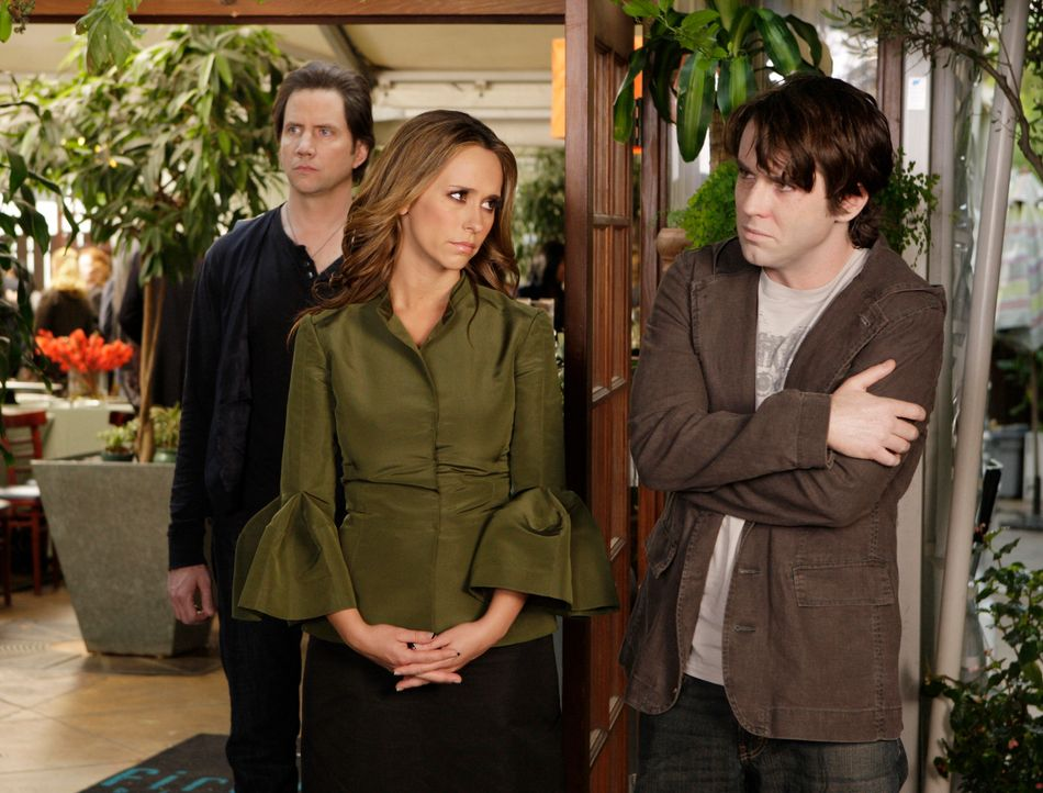 Bevor er ins Licht gehen kann, will Lucas Marston (Christian Campbell, r.) unbedingt noch mit zwei Freunden in Kontakt treten und bittet Melinda (Je... - Bildquelle: ABC Studios