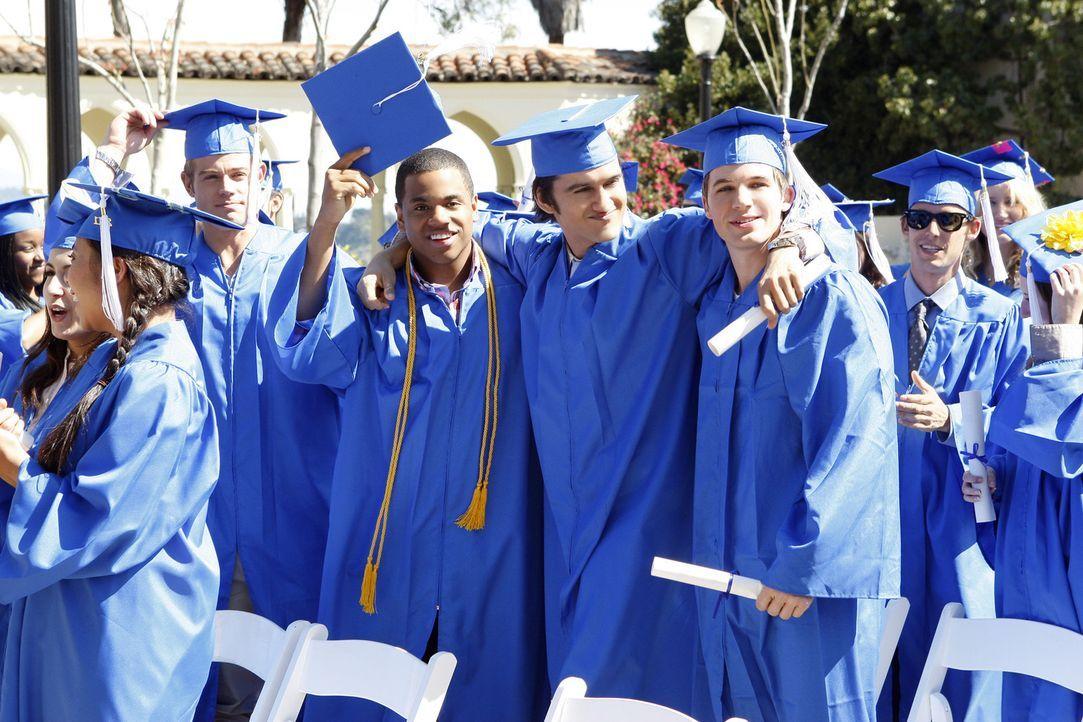 Haben endlich ihren Abschluss in der Tasche (v.l.n.r.): Teddy (Trevor Donovan), Dixon (Tristan Wilds), Navid (Michael Steger) und Liam (Matt Lanter) - Bildquelle: TM &   2011 CBS Studios Inc. All Rights Reserved.