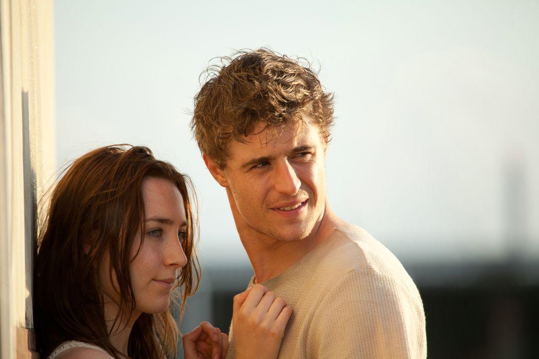 Eine Liebe, die schier unschlagbar ist: Melanie (Saoirse Ronan, l.) und Jared (Max Irons, r.) ... - Bildquelle: 2013 Concorde Filmverleih GmbH
