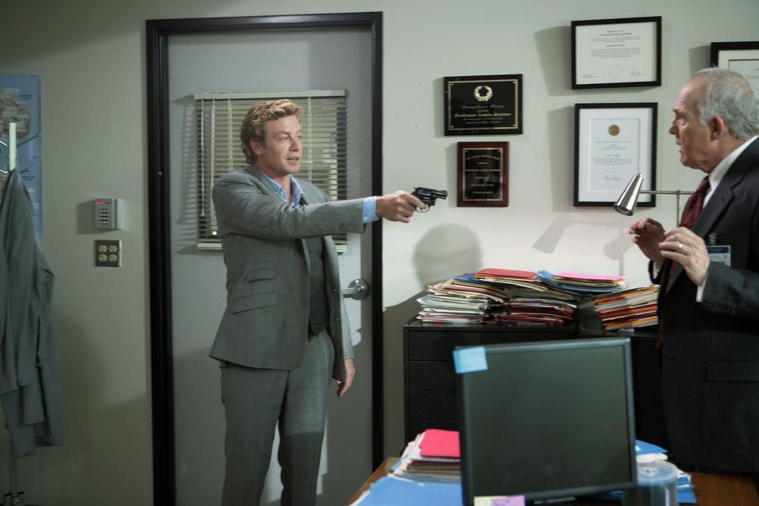 Patrick (Simon Baker, l.) ermittelt in einem neuen Fall und stößt dabei auf Chancellor Stern (Lawrence Pressman, r.). Doch hat er etwas mit dem Mo... - Bildquelle: Warner Bros. Television