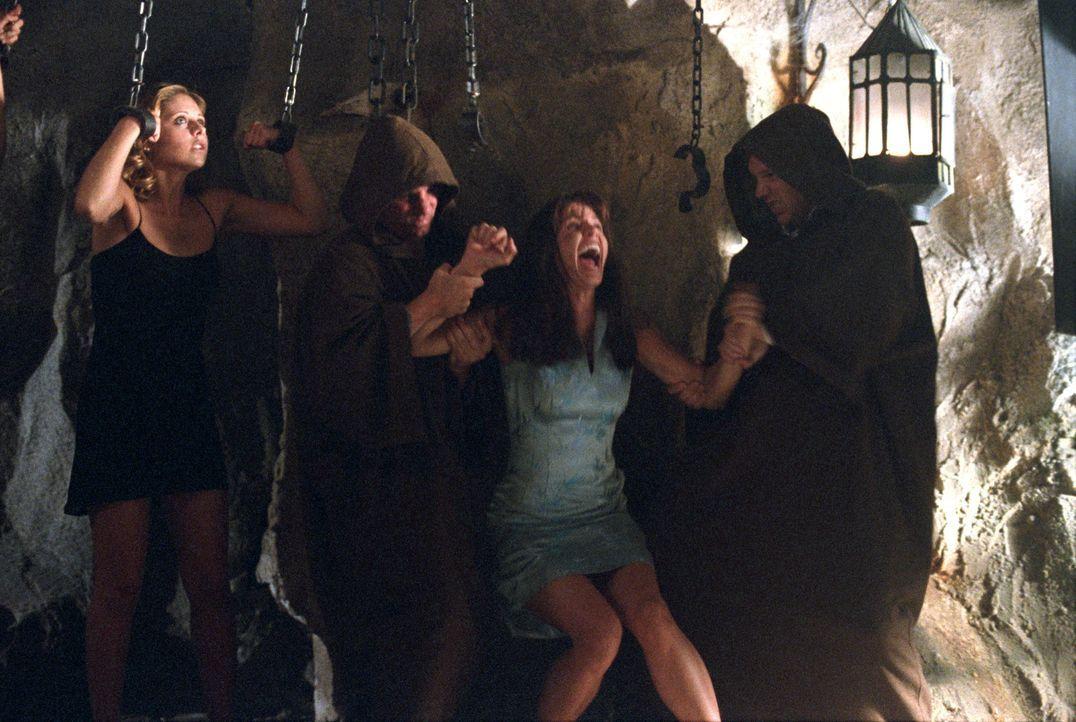Die Party hatten sich Buffy (Sarah Michelle Gellar, l.) und Cordelia (Charisma Carpenter, 2.v.r.) etwas anders vorgestellt ... - Bildquelle: Der Schlangenmensch Machida (Robin Atkin Downes, r.) erklärt Buffy (Sarah Michelle Gellar, l.), dass sie sein nächstes Opfer sein wird …