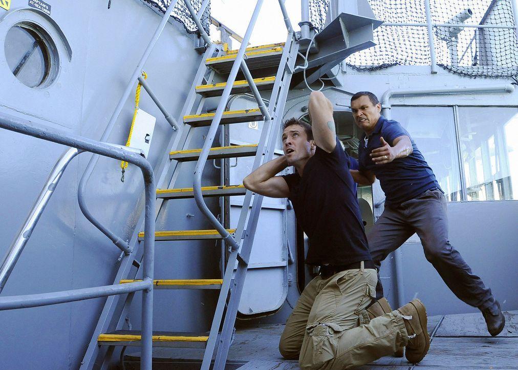 Graham (Adam Beach, r.), ein Navy Seal, der gerade von einem Einsatz in Afghanistan zurück ist, wird beschuldigt, seine Ehefrau ermordet zu haben.... - Bildquelle: TM &   2010 CBS Studios Inc. All Rights Reserved.