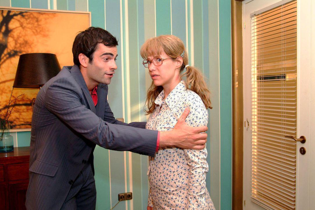 David (Mathis Künzler, l.) lässt die unglückliche Lisa (Alexandra Neldel, r.) nicht zu Wort kommen und bittet sie, eine geeignete Hochzeitslocation... - Bildquelle: Monika Schürle Sat.1