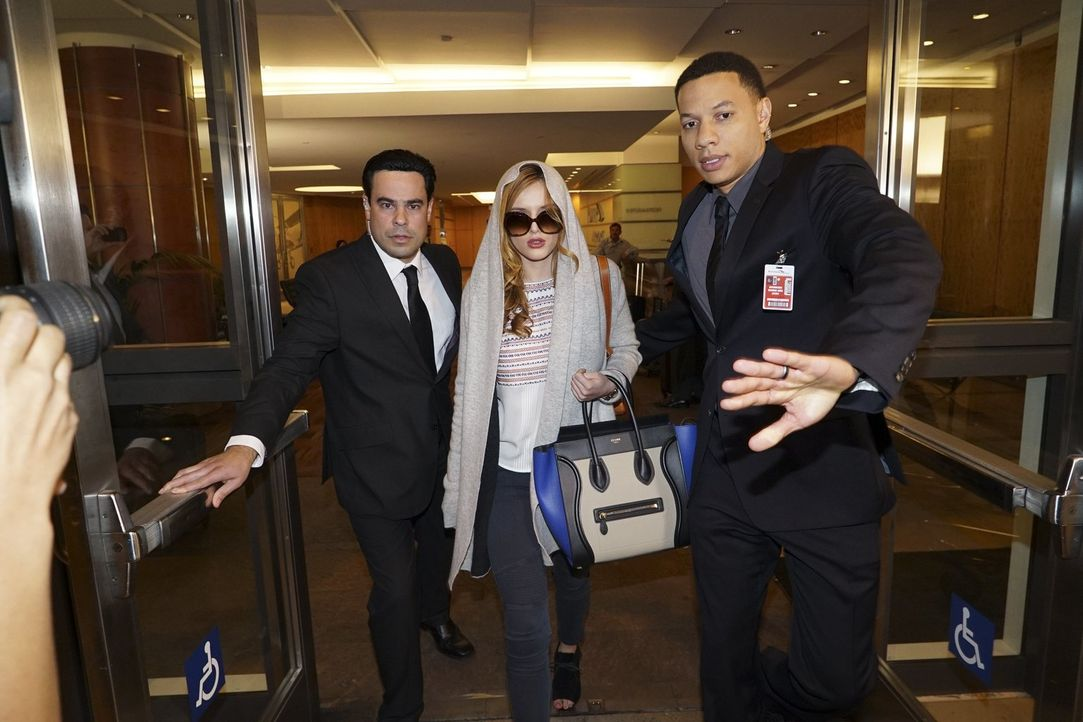 Dass Paige (Bella Thorne, M.) einmal als gefeierter Celebrity von ihren Bodyguards vor Paparazzis abgeschirmt werden muss, hätte sie sich vor einem... - Bildquelle: Warner Bros.