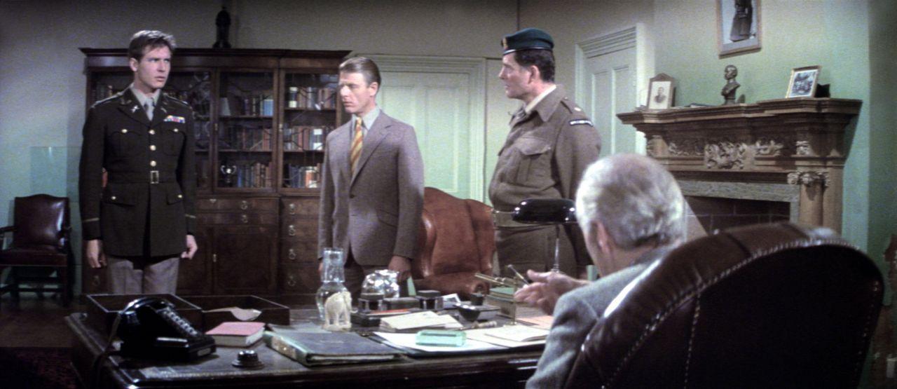 Die Alliierten Barnsby (Harrison Ford, l.), Miller (Edward Fox, 2.v.l.) und Mallory (Robert Shaw, 2.v.r.) bekommen von ihrem Befehlshaber einen verd... - Bildquelle: Columbia Pictures