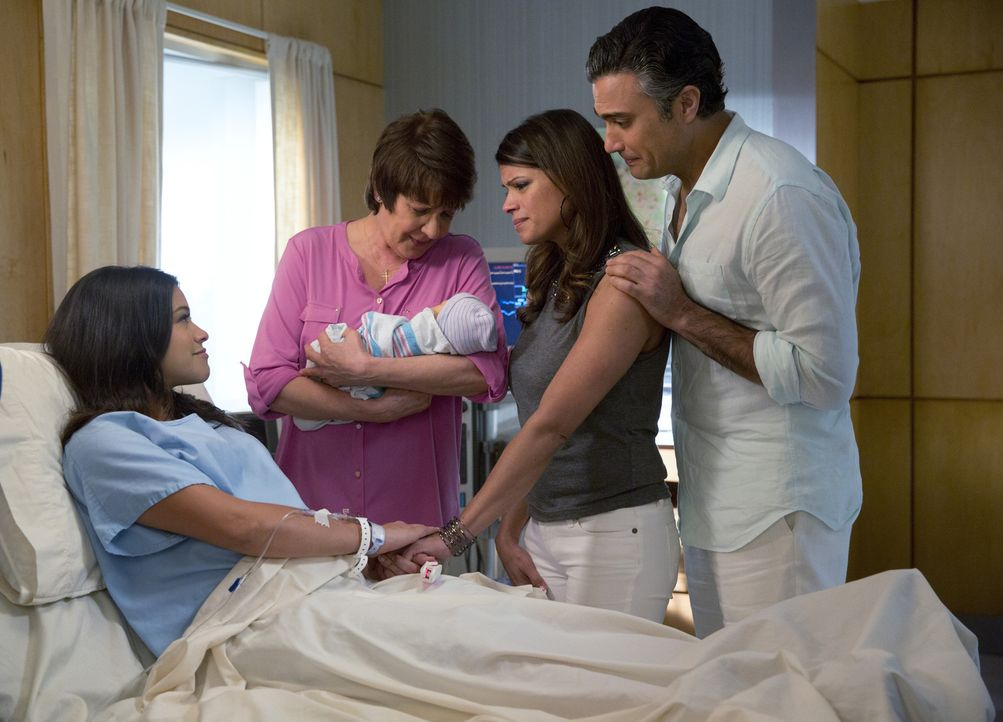 Der große Tag ist gekommen: Jane (Gina Rodriguez, l.) hat ihr Baby zur Welt gebracht. Alba (Ivonne Coll, 2.v.l.), Xo (Andrea Navedo, 2.v.r.) und Rog... - Bildquelle: 2014 The CW Network, LLC. All rights reserved.