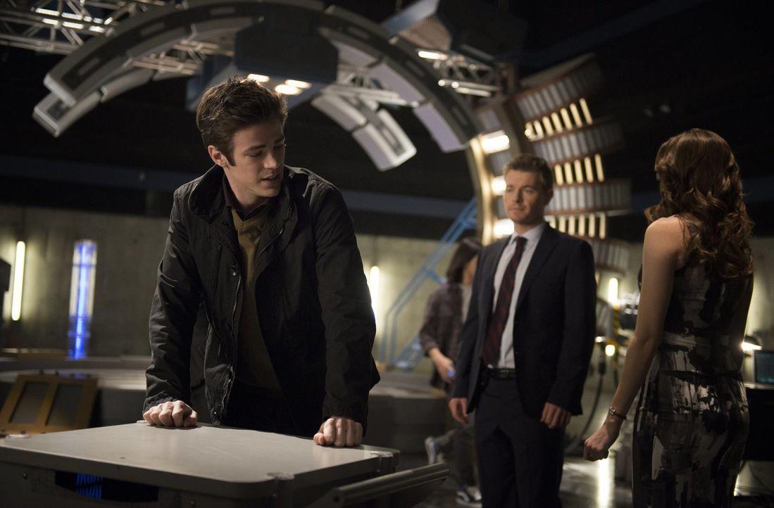 Die neusten Erkenntnisse, die Barry (Grant Gustin, l.), Caitlin (Danielle Panabaker, r.) und Cisco gemacht haben, sind für Eddie (Rick Cosnett, M.)... - Bildquelle: Warner Brothers.