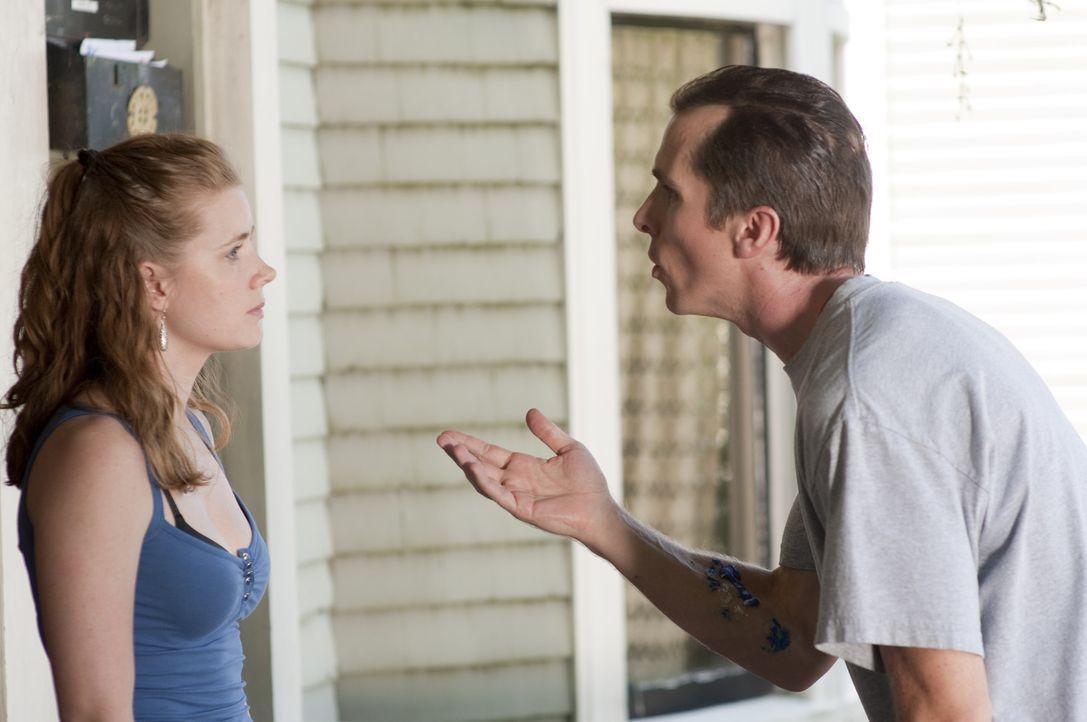 Kaum aus dem Knast erlassen, muss Dicky (Christian Bale, r.) erfahren, dass Micky nicht länger mit ihm zusammenarbeiten will. Verzweifelt versucht e... - Bildquelle: 2010 Fighter, LLC All Rights Reserved