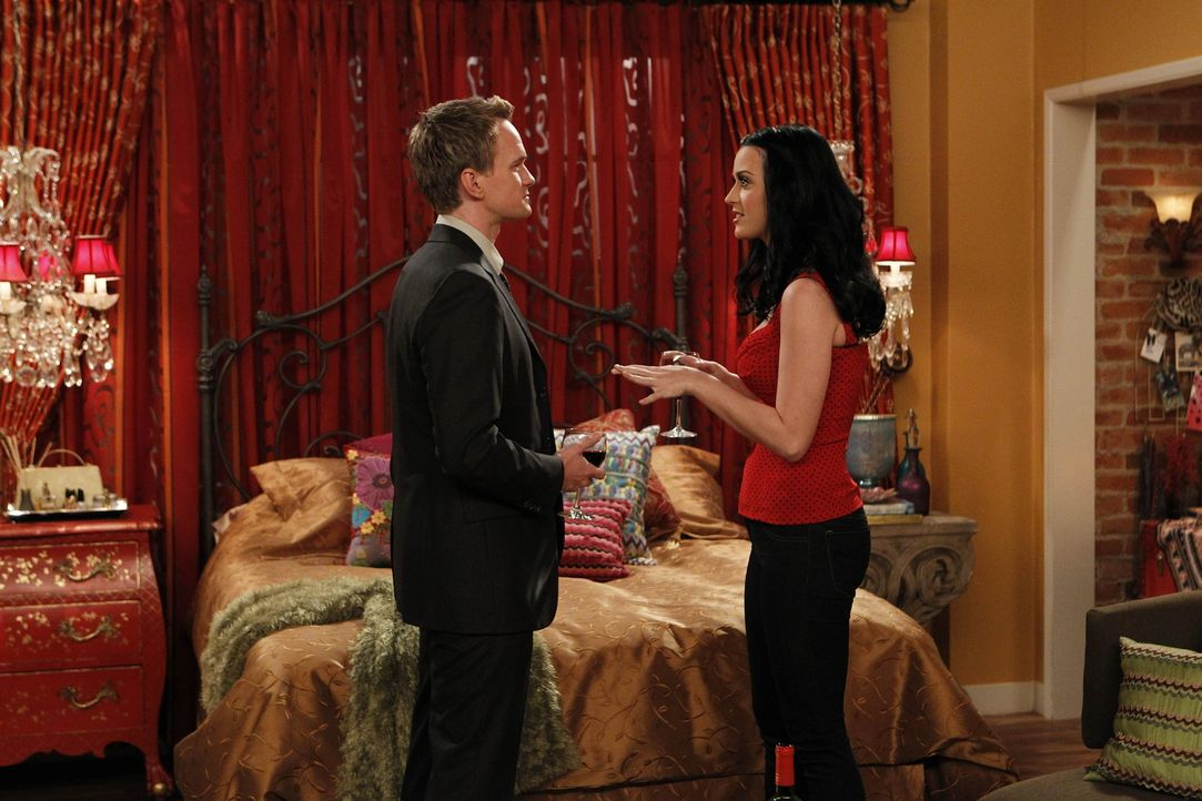 Zoey bietet Ted an, ihn mit ihrer attraktiven Cousine Honey (Katy Perry, r.) zu verkuppeln. Als sich die Freunde abends im McLarens treffen, hält s... - Bildquelle: 20th Century Fox International Television
