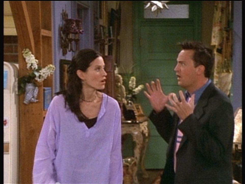 Monica (Courteney Cox, l.) und Chandler (Matthew Perry, r.) wissen nicht, wie sie ihren Freunden beibringen sollen, dass sie zusammenziehen werden. - Bildquelle: TM+  2000 WARNER BROS.
