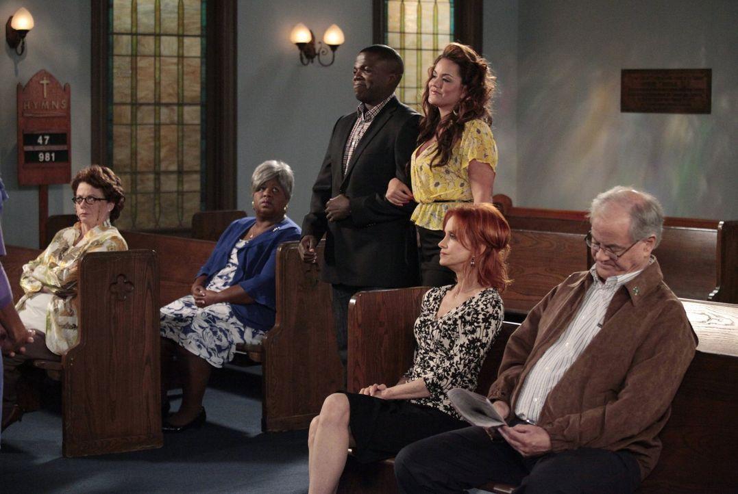 Bei den Proben für die bevorstehende Hochzeit von Mike und Molly: Peggy (Rondi Reed, l.), Grandma (Cleo King, 2.v.l.), Carl (Reno Wilson, 3.v.l.), V... - Bildquelle: Warner Brothers