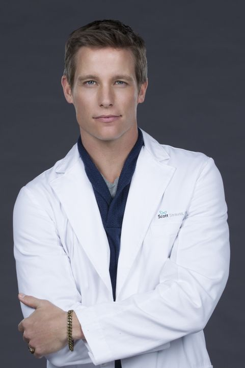 (1. Staffel) - Der katholische Priester Dr. Scott Strauss (Ward Horton) ist Teil des innovativen Krankenhauses Bunker Hill, in dem Patienten geholfe... - Bildquelle: Sonja Flemming 2016 CBS Broadcasting, Inc. All Rights Reserved
