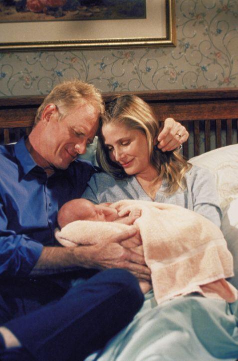 Dr. Hank Hastings (Ed jr Begley, l.) ist überglücklich, denn seine Frau Julie (Deborah Raffin, r.) hat ein gesundes Baby zur Welt gebracht ... - Bildquelle: The WB Television Network