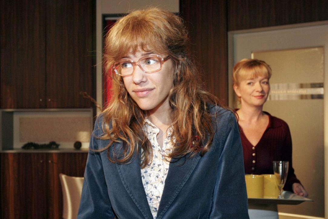 Helga (Ulrike Mai, r.) merkt, dass Lisa (Alexandra Neldel, l.) Rokko beschäftigt, aber Lisa will sich dazu nicht äußern. (Dieses Foto von Alexandra... - Bildquelle: Noreen Flynn Sat.1