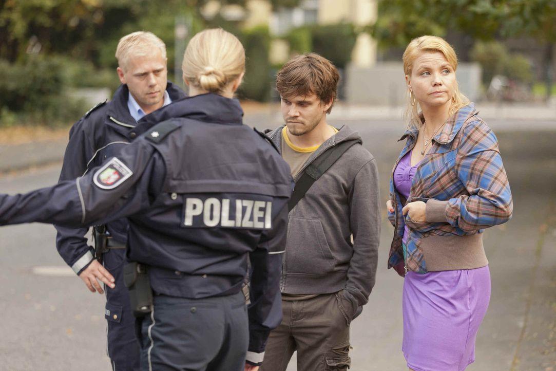 Erzieher Manuel Berger (Jonas Baeck, 2.v.r.) wurde gefeuert, weil er angeblich versucht hat, eine fünfjährige zu missbrauchen. Manuel bestreitet d... - Bildquelle: SAT.1