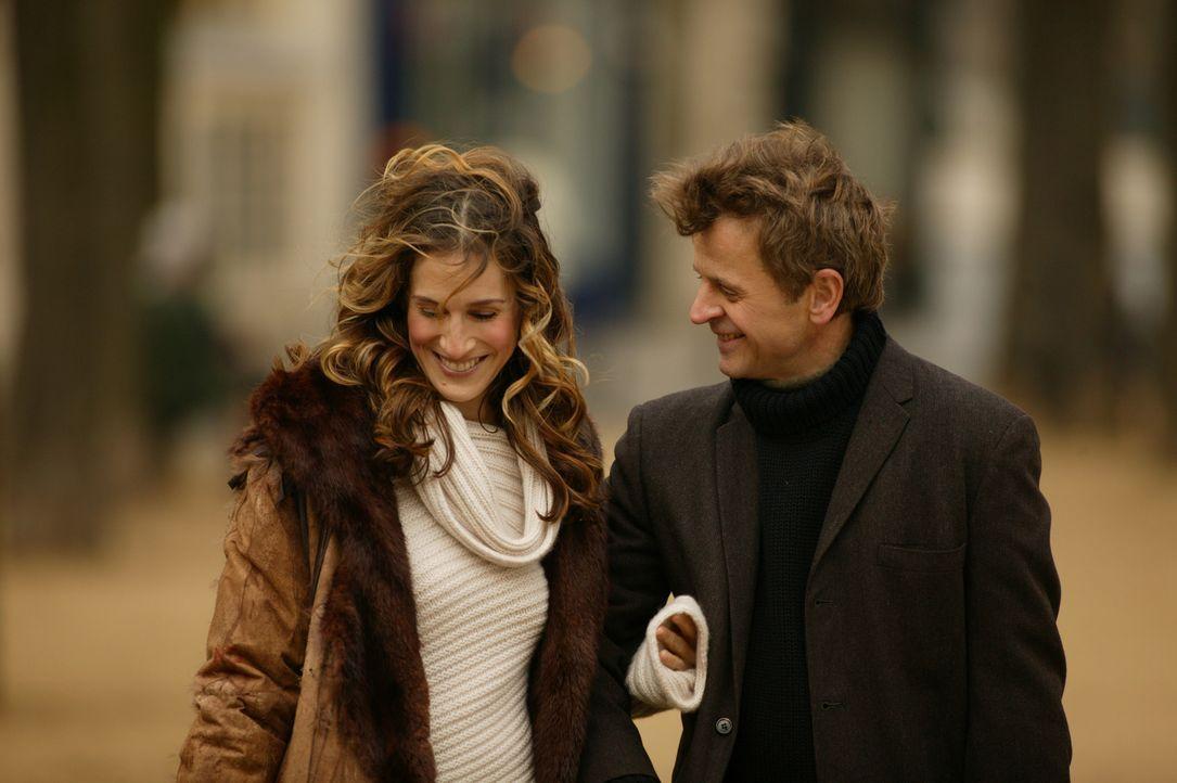 Um Aleksandr (Mikhail Baryshnikov, r.) bei einer wichtigen Veranstaltung die Hand zu halten, versetzt Carrie (Sarah Jessica Parker, l.) sogar einige... - Bildquelle: Paramount Pictures