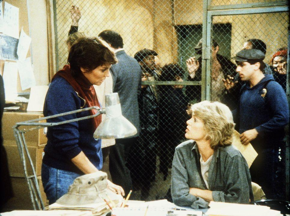 Lacey (Tyne Daly, l.) bekommt einen heftigen Streit mit Cagney (Sharon Gless, r.), weil sie ihren Freund Dory verdächtigt, die Beweise gegen seinen... - Bildquelle: ORION PICTURES CORPORATION. ALL RIGHTS RESERVED.