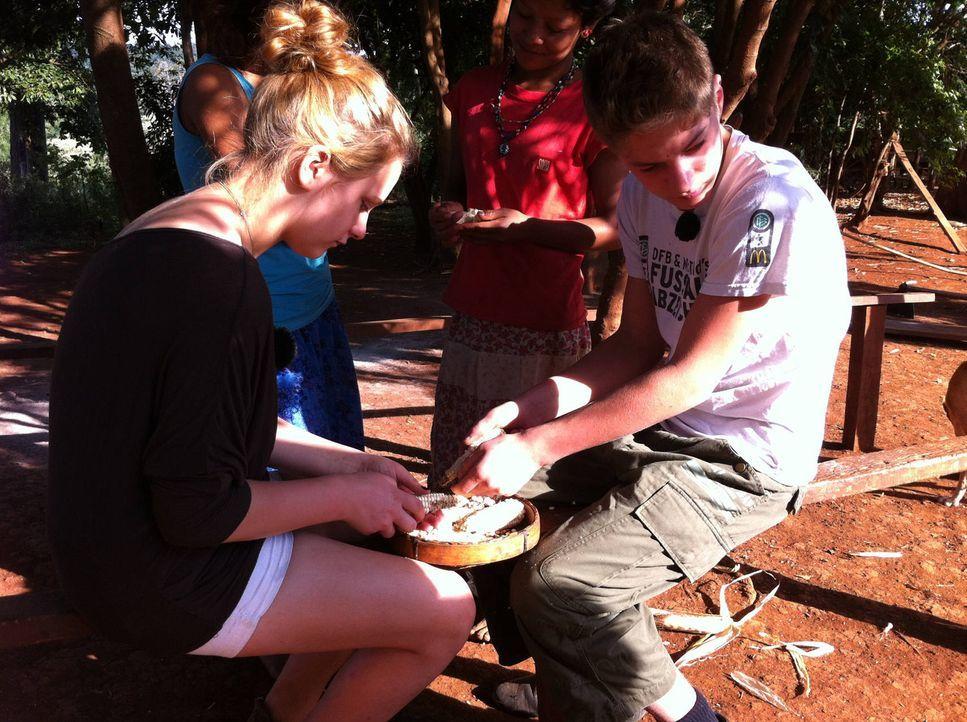 Werden sich deutschen Teenager anpassen und lernen, sich an die Regeln ihrer indianischen Gastfamilie halten? Sina (l.) und Pascale (r.) - Bildquelle: kabel eins