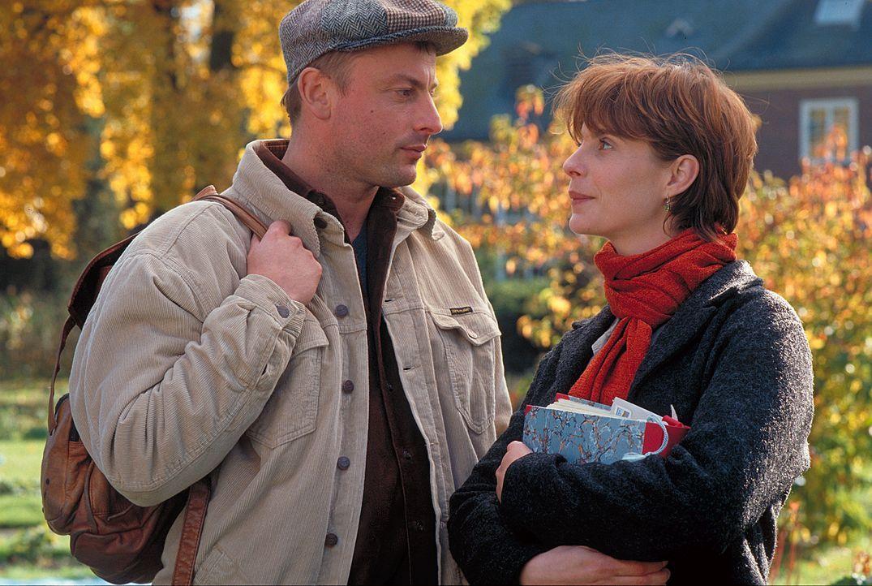 Warum in die Ferne schweifen, wenn das Gute ist so nah: Valerie (Julia Jäger, r.) erkennt nicht, dass sie ihren Traummann (Eckhard Preuß, l.) längst... - Bildquelle: ProSieben