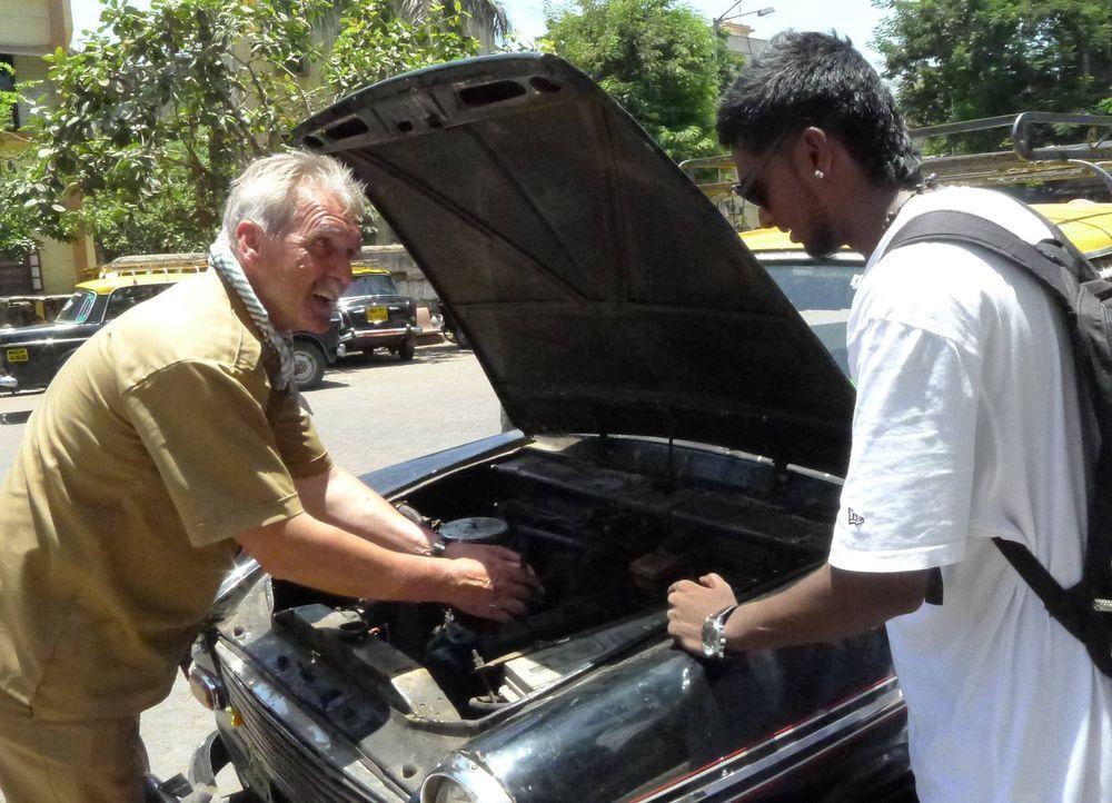 Tausch-Taxifahrer Fritz (l.) versucht einen Schaden am Auto zu reparieren. - Bildquelle: kabel eins