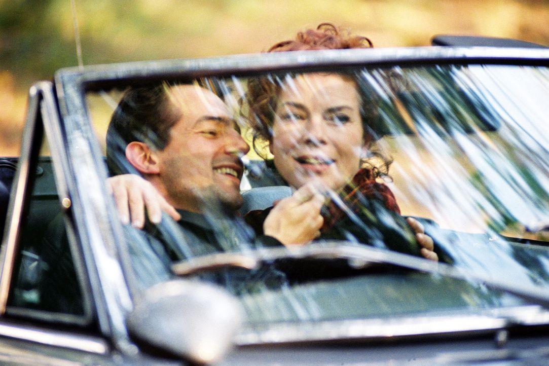 Der junge Arzt Uwe Springer (Hans-Werner Meyer, l.) und Anna Lenz (Gudrun Landgrebe, r.) verbringen eine romantische Zeit miteinander. Doch ihre Lie... - Bildquelle: Volker Roloff Sat.1