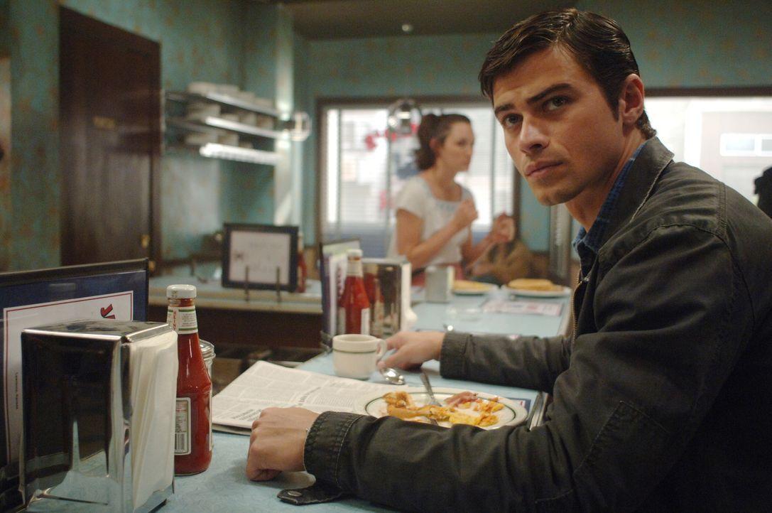 Dean wird von Castiel in die Vergangenheit zurückgeschickt und trifft dort seine Eltern Mary und John (Matt Cohen, r.), die sich gerade ineinander... - Bildquelle: Warner Bros. Television