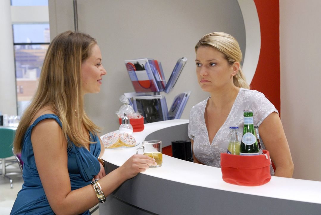 Anna (Jeanette Biedermann, r.) erfährt, dass Katja (Karolina Lodyga, l.) wieder mit Jonas zusammen ist. - Bildquelle: Christoph Assmann Sat.1