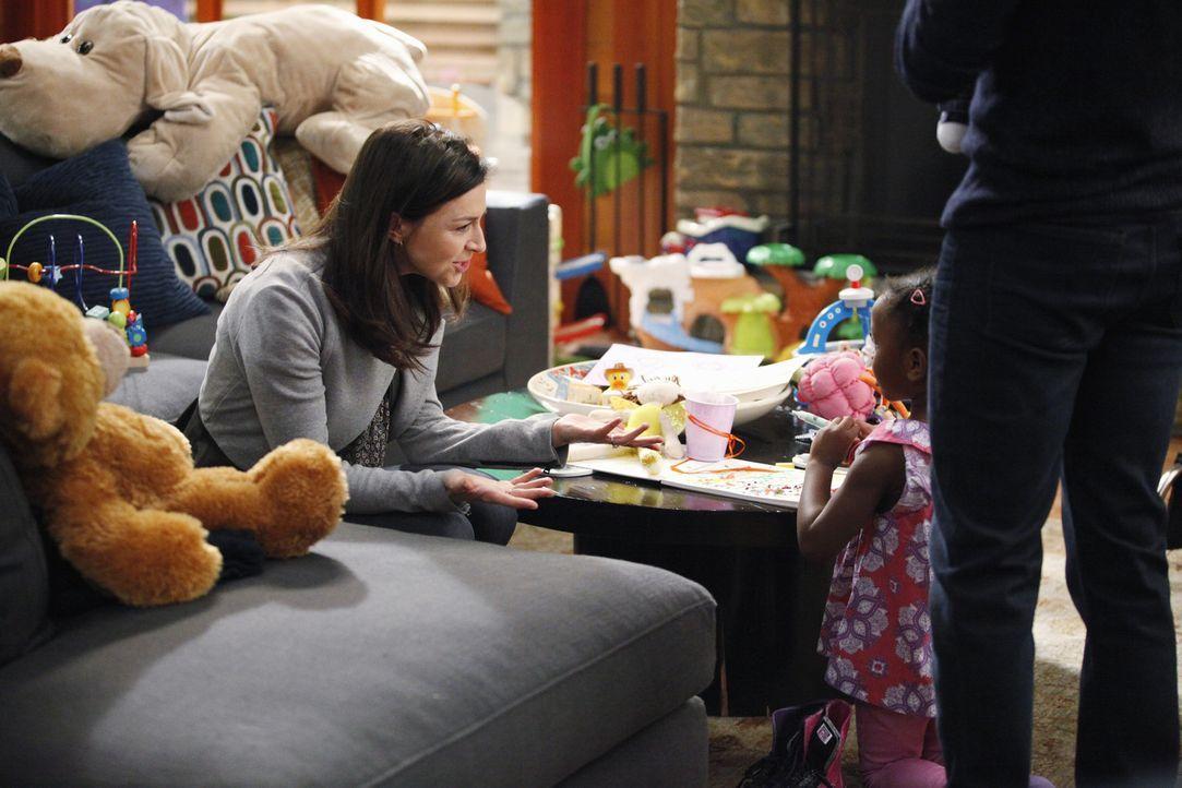 Amelia (Caterina Scorsone, l.) stattet ihrem Bruder Derek einen unerwarteten Besuch ab, während sich Meredith Sorgen um Cristina macht, die den Harp... - Bildquelle: ABC Studios