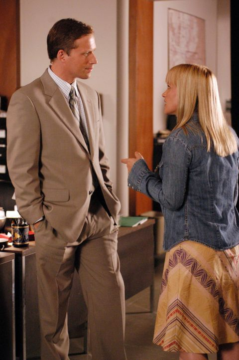 Im Büro von Devalos begegnet Allison (Patricia Arquette, r.) Jared Swanstrom (Reed Diamond, r.), einem jungen hilfsbereiten Mann, der als Zeuge aus... - Bildquelle: Paramount Network Television