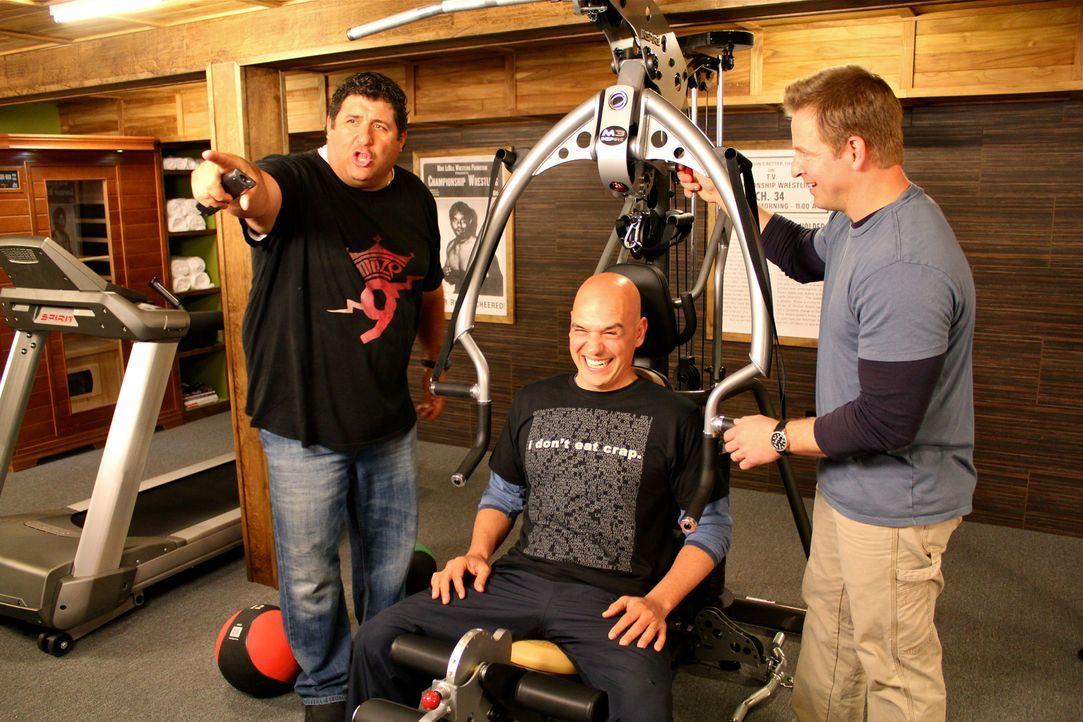 Harte Muskeln statt heißem Fett: Tony (l) und Jason (r.) bauen für Küchenchef Michael Symon (M.) ein Fitnessstudio, in dem er sich nach zermürbenden... - Bildquelle: Nathan Frye 2011, DIY Network/Scripps Networks, LLC.  All Rights Reserved.