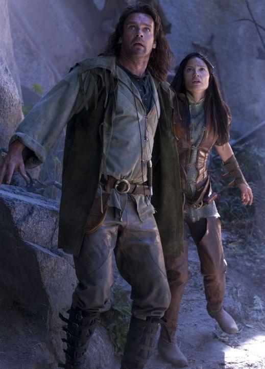 John Serragoth (David James Elliott, l.) und Perfidia (Natassia Malthe, r.) betreten feindliches Gebiet und ahnen, dass sie sich in großer Gefahr b... - Bildquelle: 2008 Dragonsteel Films Inc.