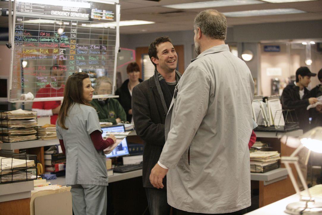 Sam (Linda Cardellini, l.) und Jerry (Abraham Benrubi, r.) freuen sich über den Überraschungsbesuch von Carter (Noah Wyle, M.) ... - Bildquelle: Warner Bros. Television