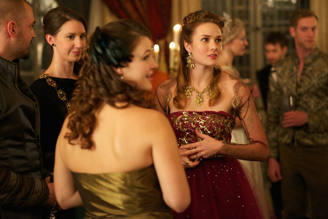 Die schöne Lady Atley (Tori Anderson, r.) hat es auf den charmanten Condé abgesehen, ob sie ihn verführen kann? - Bildquelle: Sven Frenzel 2014 The CW Network, LLC. All rights reserved.