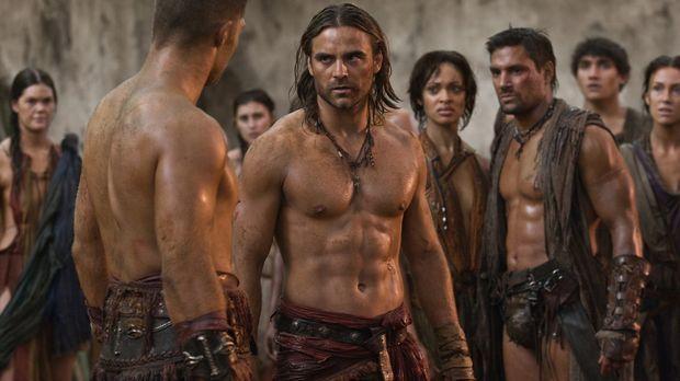 Während Crixus ( Manu Bennett, r.) und Naevia (Cynthia-Addai Robinson, 2.v.r....