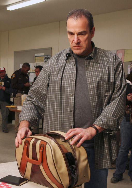 Jason Gideon (Mandy Patinkin) ist im Nervenkrieg mit dem furchterregendsten und gefährlichsten Serienkiller seiner Karriere ... - Bildquelle: Touchstone Television